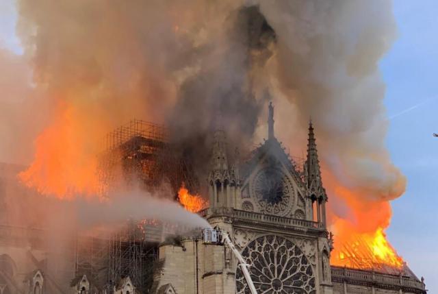 Autoridades políticas mundiales lamentan incendio de Notre-Dame