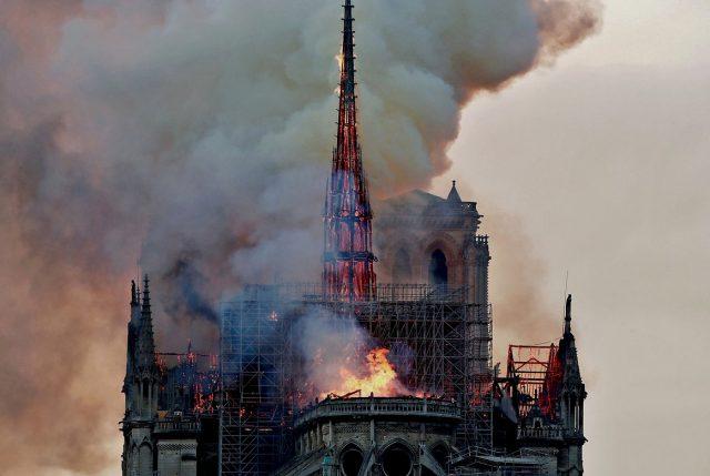 (VIDEO) Consternación mundial: Se incendia milenaria Catedral de Notre Dame de París