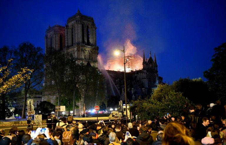 """ACTUALIZADO // Bomberos de París e incendio de Notre Dame: """"La estructura está a salvo y preservada en su globalidad"""""""