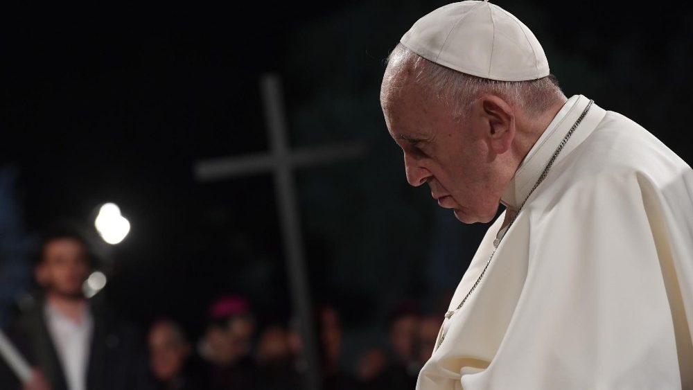 """Viernes Santo: Papa Francisco en Vía Crucis """"ayúdanos a ver en Tu Cruz todas las cruces del mundo"""""""