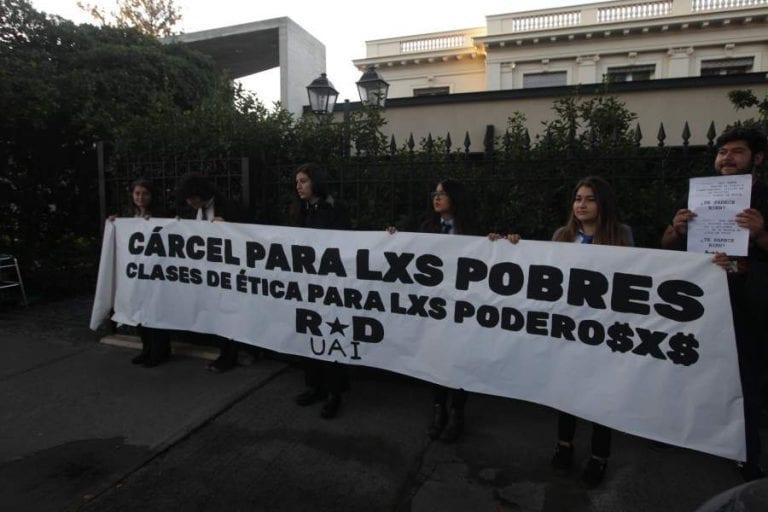 """De vuelta al colegio: Los """"Penta"""" inician su condena de clases de ética en medio de protestas"""