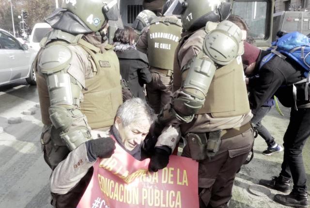 Carabineros detiene violentamente al presidente del Colegio de Profesores tras manifestación afuera de La Moneda