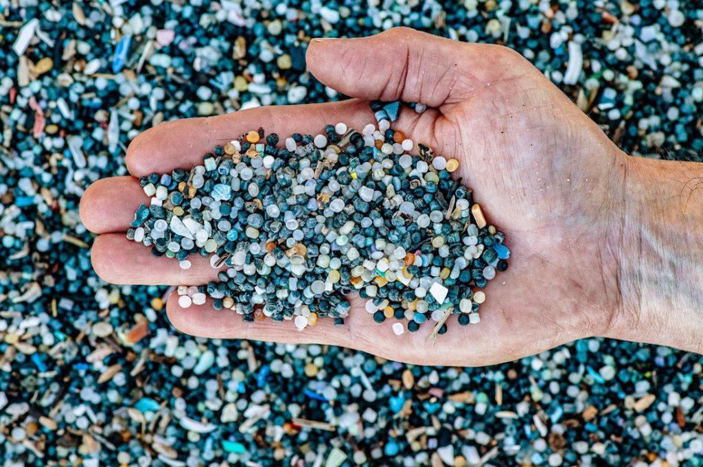 Los seres humanos ingerimos por semana el plástico equivalente a una tarjeta de crédito