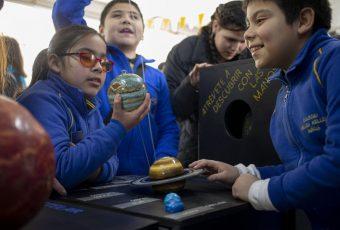 Niños chilenos ciegos se acercan a eclipse solar gracias a invento de la NASA