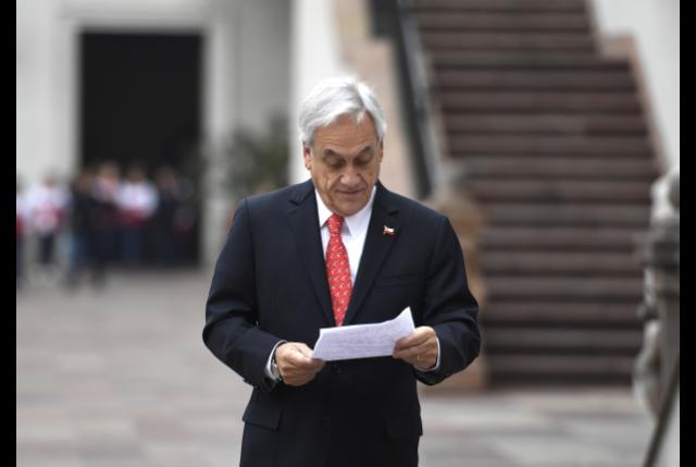 """Pdte. Piñera llega -de nuevo- tarde con anuncio de """"CAMBIOS PROFUNDOS A LA CONSTITUCIÓN"""""""