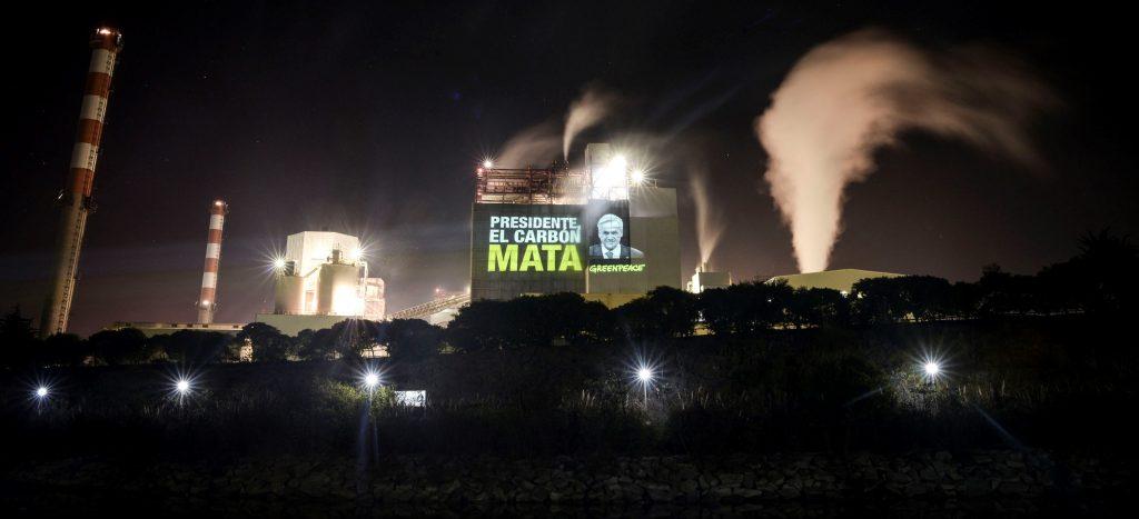 """Greenpeace denuncia """"complicidad contaminante"""" entre empresas del Estado y multinacional AES Gener"""