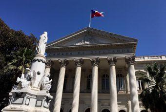 Efecto 32 días de protestas: Comisión de Constitución aprueba rebaja de 50% en dieta