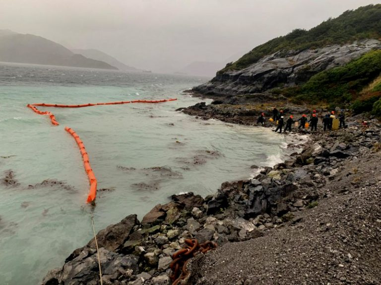 Derrame en isla Guarello en Magallanes: Armada ha recuperado 15.000 litros de agua de mar contaminada con petróleo