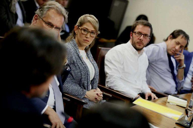 Activista opositora de Venezuela llega hasta la comisión de DDHH de la Cámara para presionar por ingreso de venezolanos a Chile