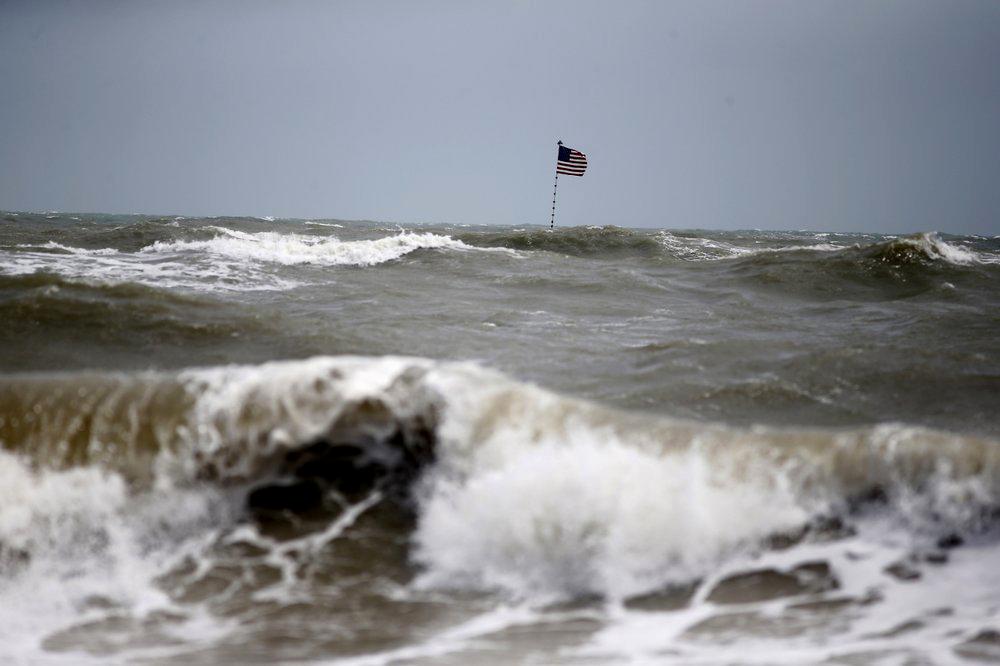 """Huracán Dorian deja -hasta ahora- 5 muertos en las Bahamas: En Miami, gobernador hace dramático llamas a evacuar """"Salgan ahora"""""""