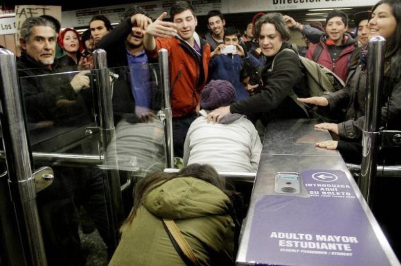 Gobierno endurece su discurso por evasión del Metro y tilda de delincuentes a quienes no pagan su pasaje