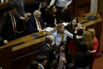 Cámara de Diputados: El pobre show protagonizado por diputadas que sigue hundiendo a la institución peor evaluada de Chile