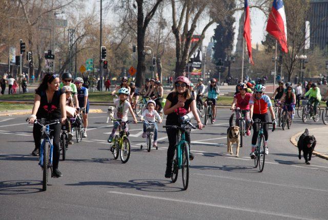 Niñas y mujeres de Santiago y casi 50 ciudades latinoamericanas pedalean la ciudad