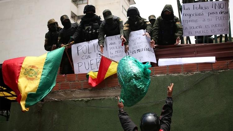 Bolivia también se hunde: se amotinan policías del Palacio Presidencial