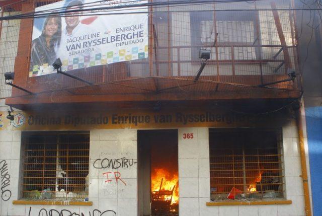 Después del ataque a su sede nacional, ahora destruyen la oficina UDI en Concepción
