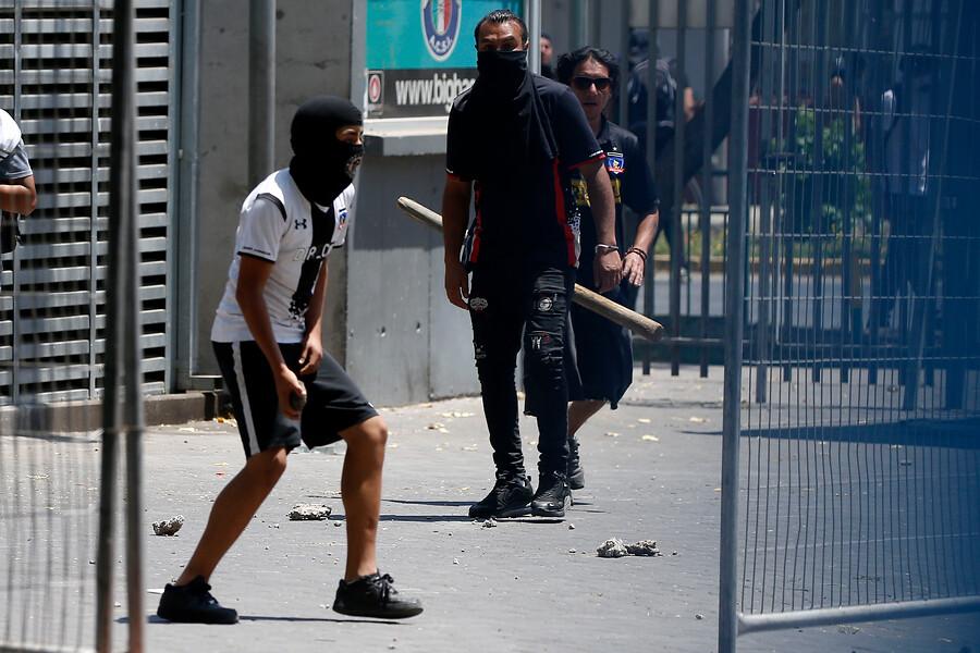 """Barristas de la """"Garra Blanca"""" obligan a suspender partido en La Florida"""