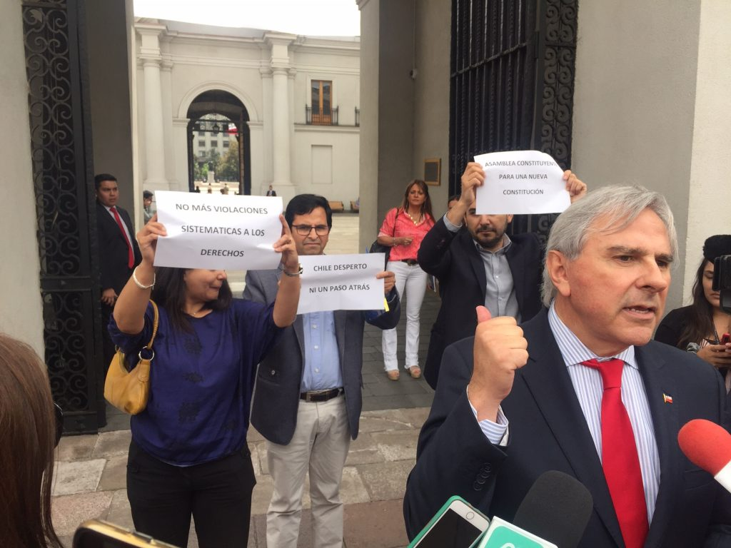 """Funcionarios de Palacio se """"rebelan"""" en punto de prensa de Moreira y piden nueva constitución y respeto por los DD.HH."""