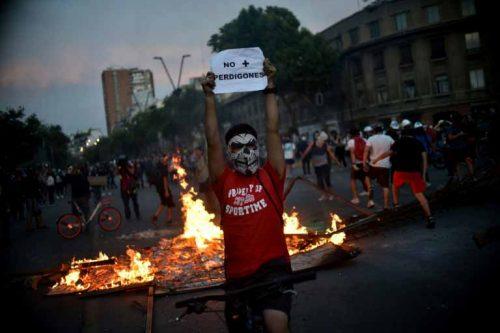 """El reporte francés de la jornada de hoy en Chile: """"Huelga general, masivas manifestaciones y fuerte caída del peso en jornada de protestas"""""""