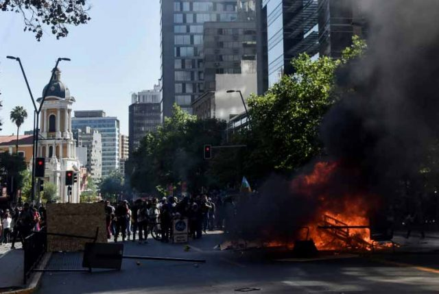 """La visión francesa de la violenta jornada de este miércoles: """"Las protestas en Chile llegan hasta los barrios ricos de Santiago"""""""
