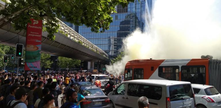 Manifestaciones en el Costanera Center, barricadas en Providencia y ataque a sede la UDI marcan nueva jornada de protestas