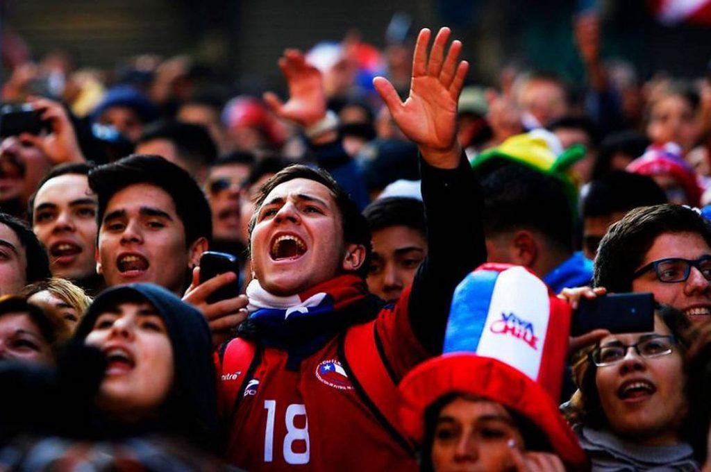 Estudio demostró que 42% de los chilenos siente inseguridad y 35% esperanza por lo que viene