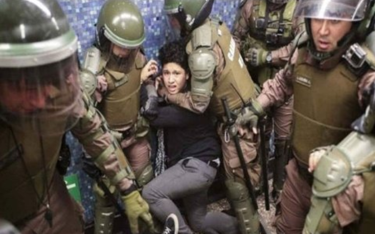 """Formalizarán a 14 carabineros por delito de """"torturas"""" durante Estado de Emergencia"""