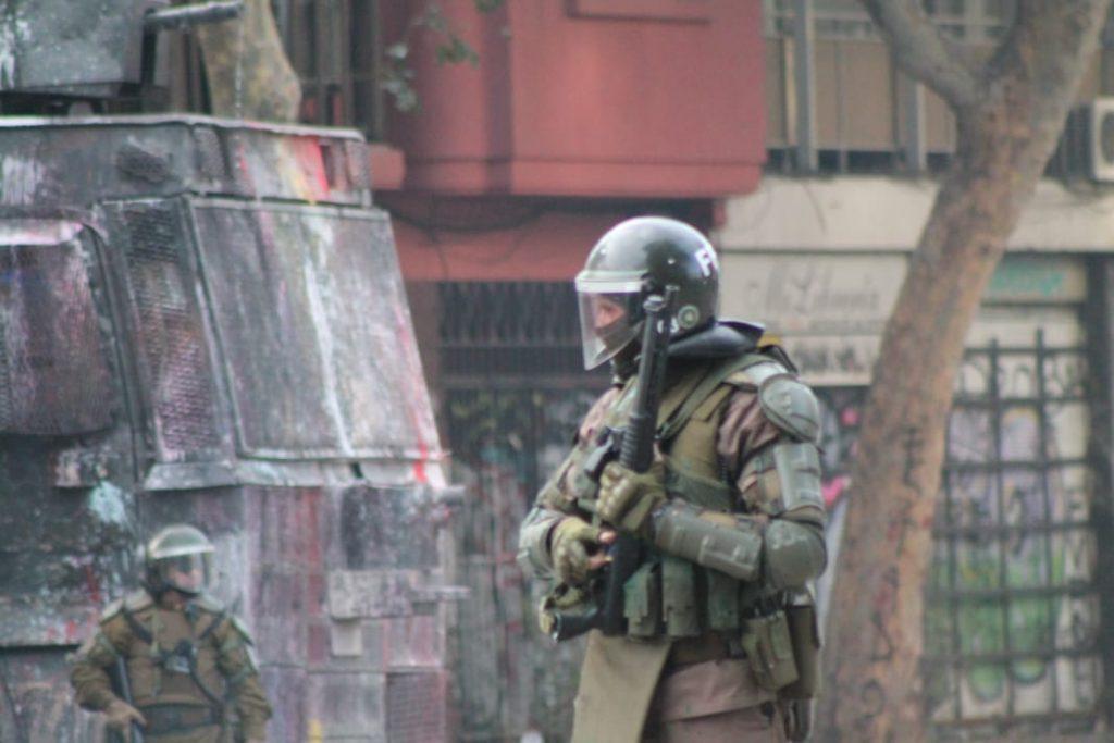 45% de los chilenos cree que Carabineros ha cometido excesos al reprimir manifestaciones