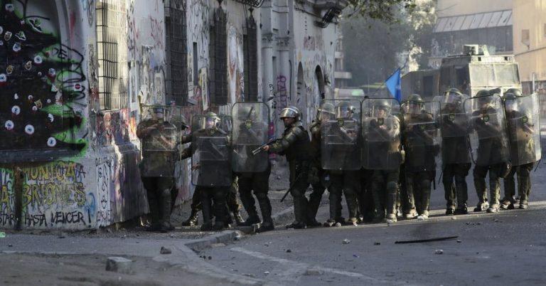 Prensa mundial sigue atenta a lo que pasa en Chile: Encausan a policía que atropelló a manifestante