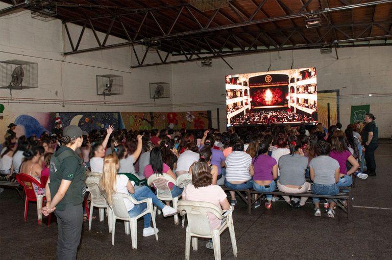 Ministerio de las Culturas y Municipal de Santiago llevarán espectáculos en streaming a cárceles de todo Chile
