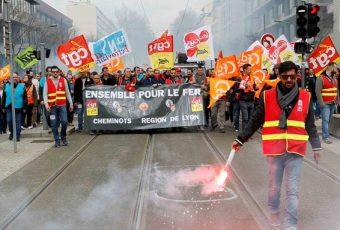 Francia paralizada en octavo día de protestas: No hay trenes