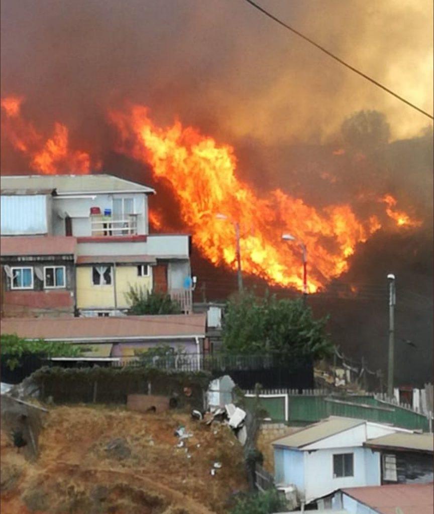 ACTUALIZADO MINUTO A MINUTO // Valparaíso: Incendio en cerro Rocuant y San Roque deja más de 245 viviendas quemadas