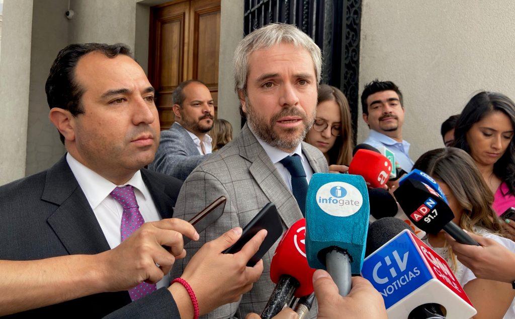 """Blumel niega corrupción en el Gobierno, pero no se """"quema las manos"""""""