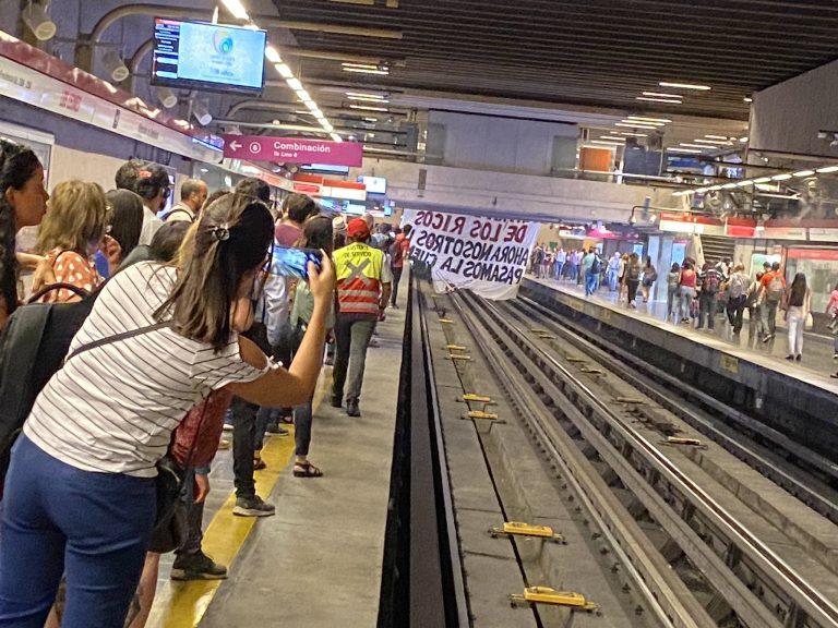Secundarios ingresan a estación Los Leones e interrumpen el funcionamiento del Metro