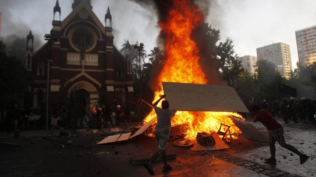 Vándalos incendian iglesia institucional de Carabineros San Francisco de Borja