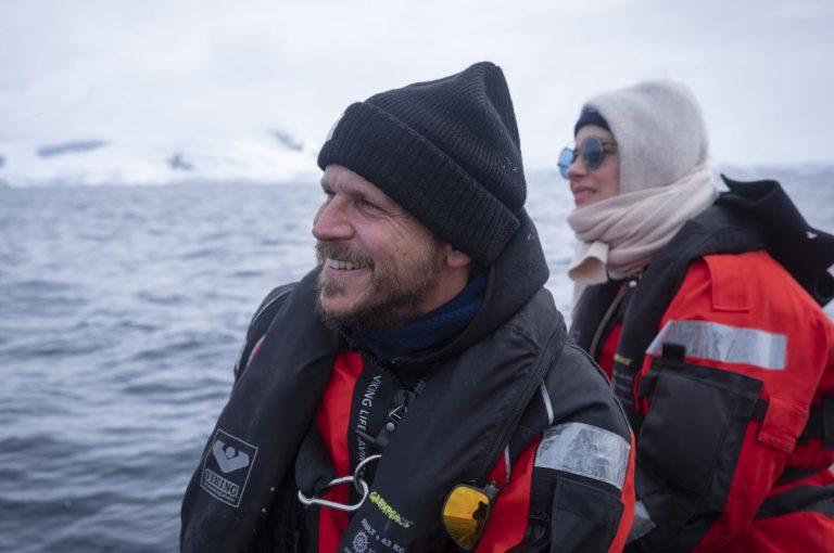 Activista chileno de Greenpeace navega junto a galardonados de Hollywood