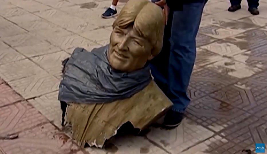 VIDEO // A la chilena derriban busto de Evo Morales en estadio de Cochabamba