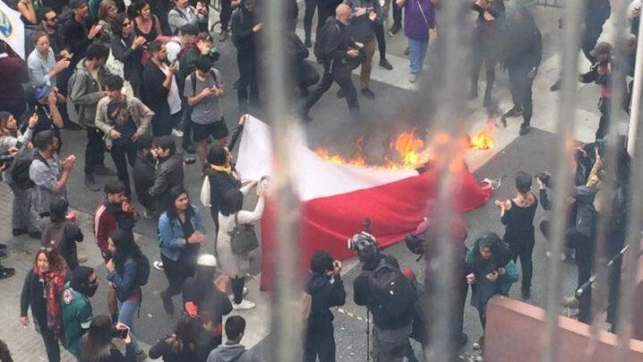 Queman bandera chilena afuera de Intendencia de Valparaíso en repudio a joven que perdió ojo