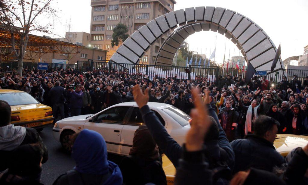 Aumenta tensión con Irán tras arresto de embajador inglés en Teherán durante jornada de protesta