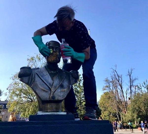 En Pucón sorprenden a tataranieto de Arturo Prat limpiado busto del héroe rayado en las protestas