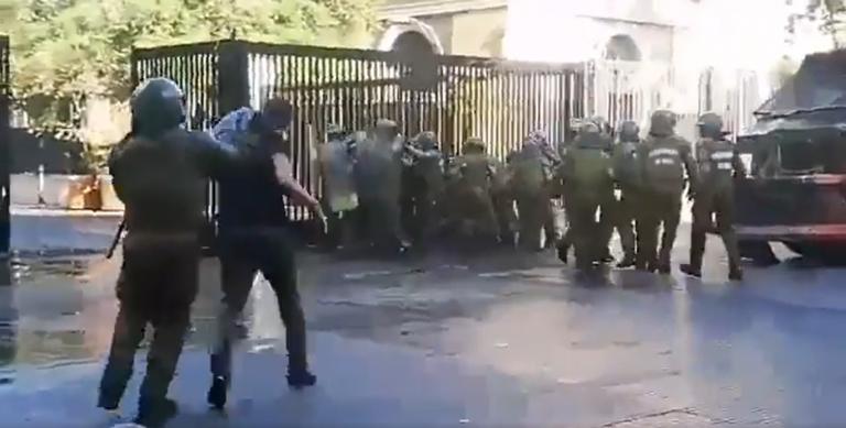 Estudiantes del Instituto Nacional se enfrentan a Carabineros
