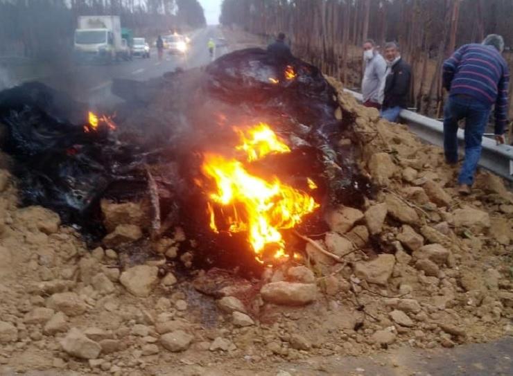 ACTUALIZADO // Por contagio de CORONAVIRUS nuevamente cortan acceso a Algarrobo con barricadas de fuego y escombros: Hay 2 contagiados