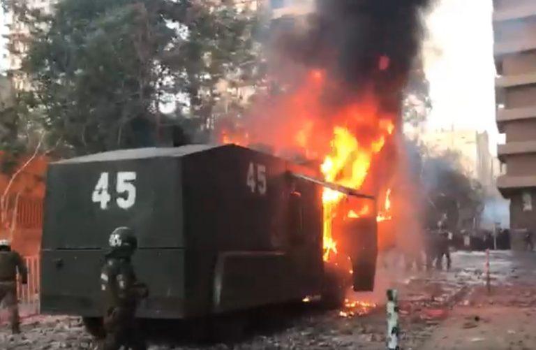 ACTUALIZADO // Carro lanza agua de Carabineros terminó quemado tras GRAVES INCIDENTES en Plaza Baquedano