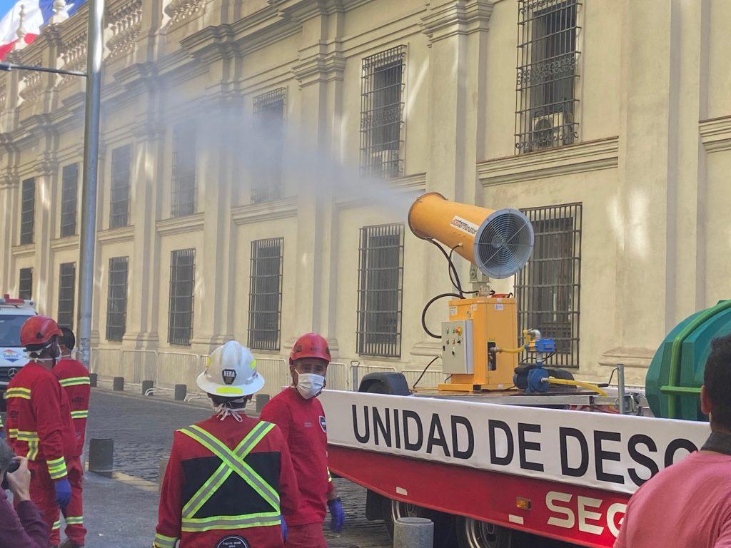 Prueban sistema de desinfección urbana junto a La Moneda