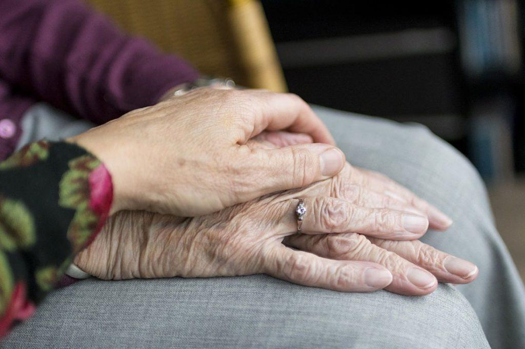 Prevención, cuidados y medidas de acción con adultos mayores en el hogar