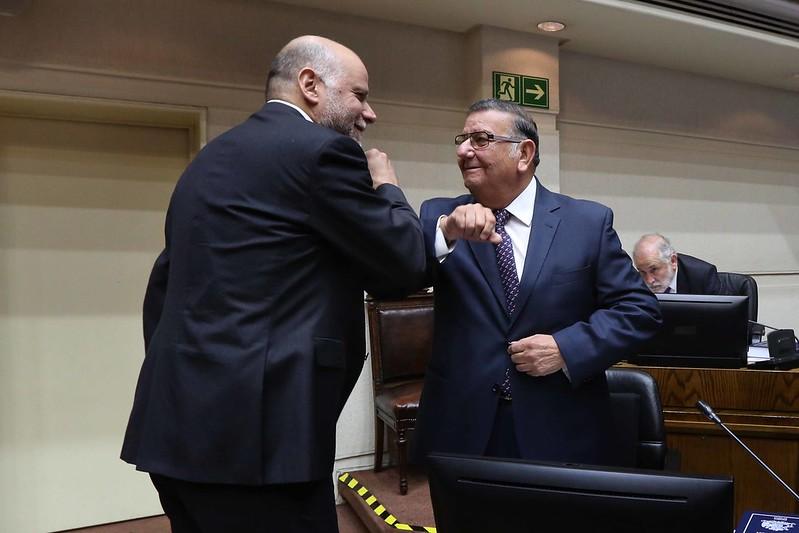 Mañalich benevolente con senador Quinteros y lo justifica por haber viajado contagiado en avión