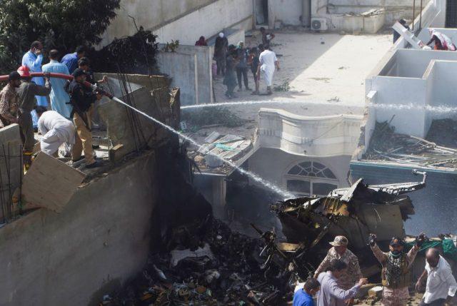 Tragedia aérea en Pakistán: Avión con 107 pasajeros se estrella en zona residencial de Karachi
