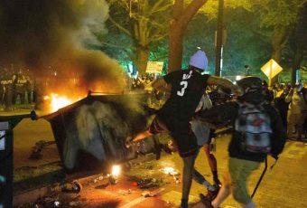 """Trump acusa a grupos """"radicales de izquierda"""" de los violentos disturbios en EEUU"""