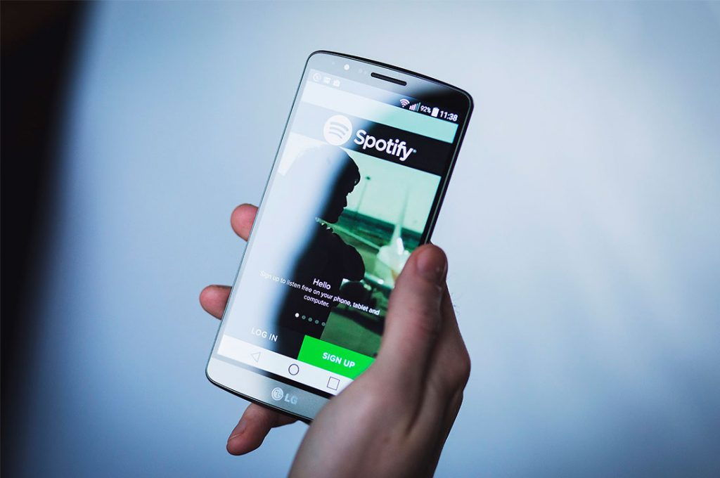 Guerra del streaming: Spotify paga 100 millones de dólares por un podcast