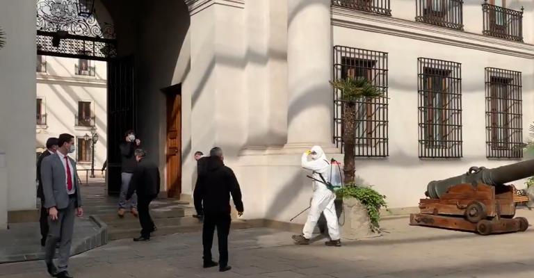 La Moneda sitiada por COVID-19: Camarógrafo contagiado en Sala de Prensa genera operativo en Palacio
