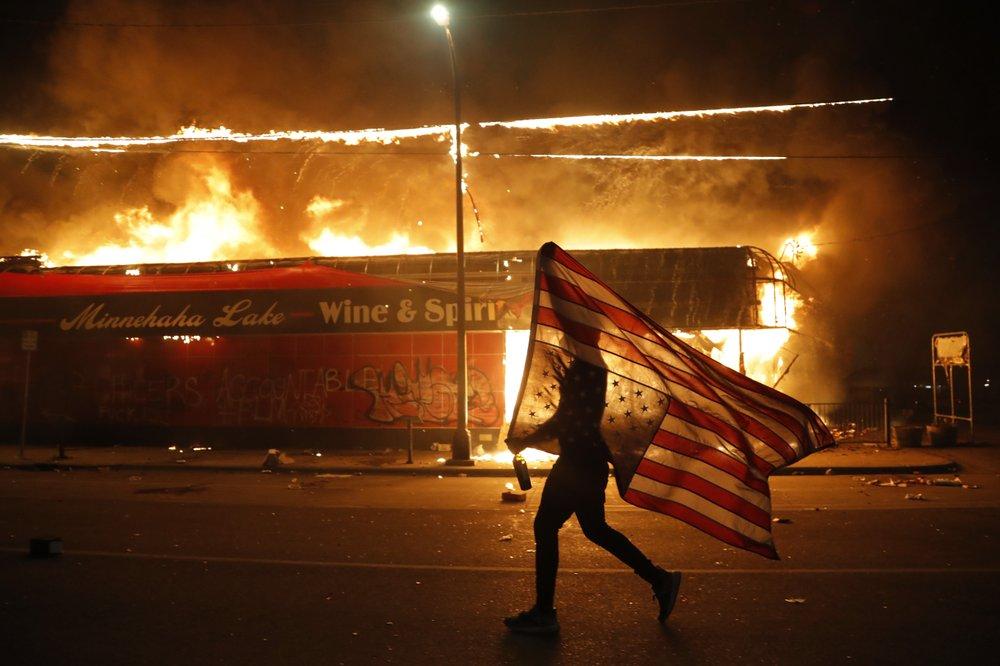 EEUU: Minneapolis bajo fuego: Queman comisaría en protesta por muerte de George Floyd